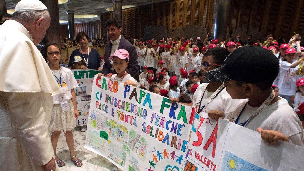 Escola e professores são raízes da cultura, diz papa a crianças, que o fizeram recordar infância na mais bela das cidades