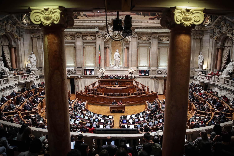 Cidadãos assistem à sessão plenária onde são discutidos e votados os projetos de lei sobre a eutanásia, na Assembleia da República, em Lisboa, 20 de fevereiro de 2020. Os deputados portugueses discutem e votam hoje cinco projetos sobre a despenalização da morte medicamente assistida. MÁRIO CRUZ/LUSA