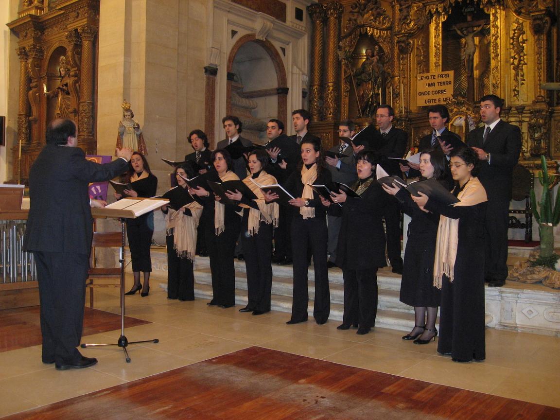 António Mário dirigindo o coro Capella Antiqua... (1)