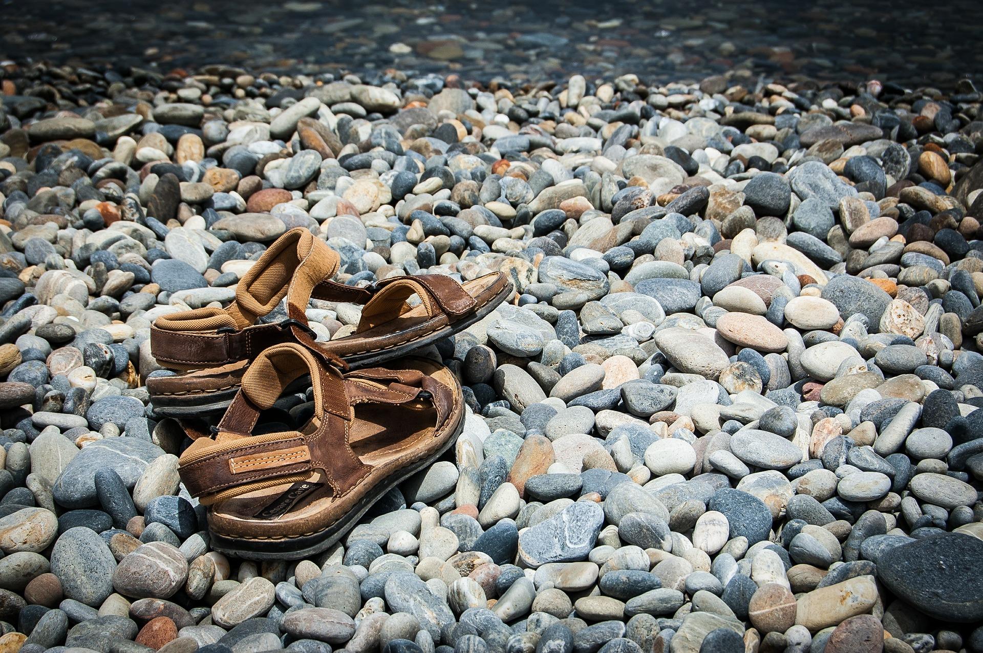 sandals-462870_1920